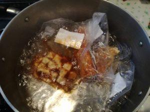 真空パックを湯煎する