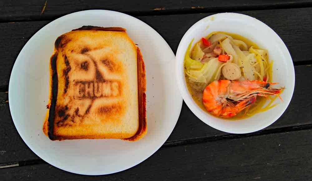 朝食のホットサンドと海鮮スープパスタ