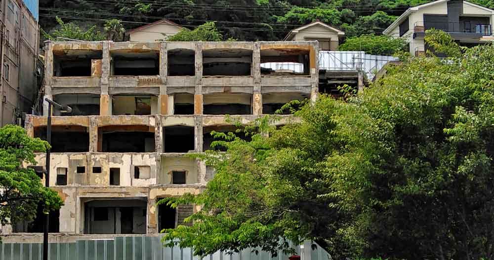 熱海港近くの廃墟